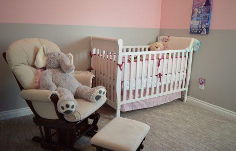 כיצד לשמור על בטיחות התינוק במיטתו?